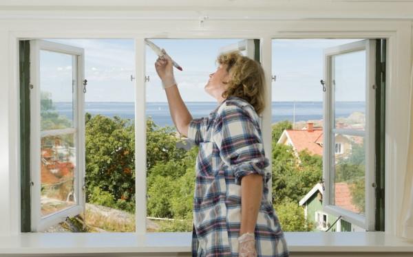 Mujer remodelando su casa