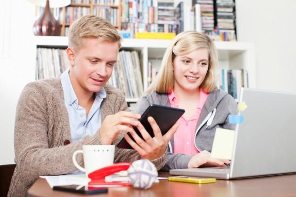 Dos universitarios estudiando