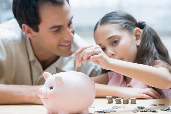 Padre e hija contando dinero