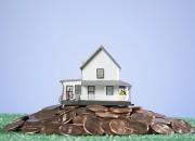 Casa sobre montaña de dinero
