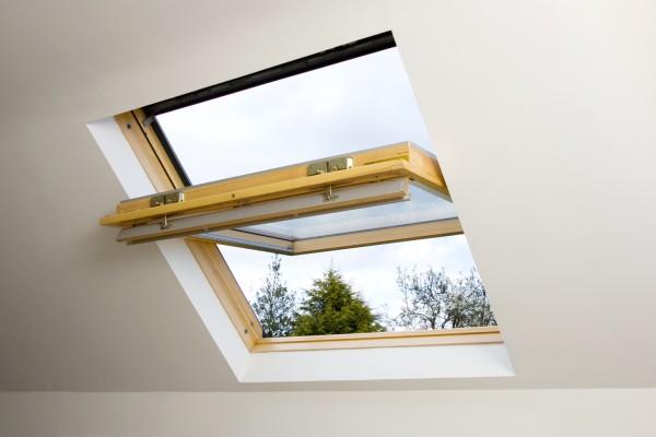ventana del ático medio abierta